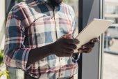 oříznutý pohled afroamerické muže pomocí digitálních tabletu