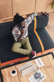az afrikai-amerikai ember használ hordozható és smartphone kávézóban felülnézeti