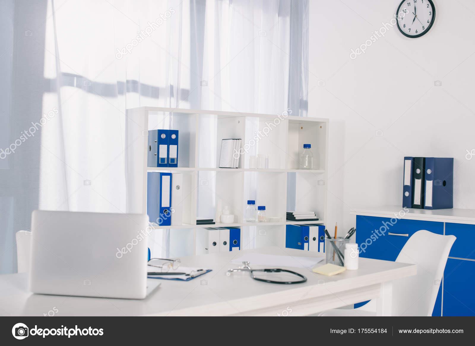 Laptop stethoscoop werktafel kliniek u stockfoto igorvetushko