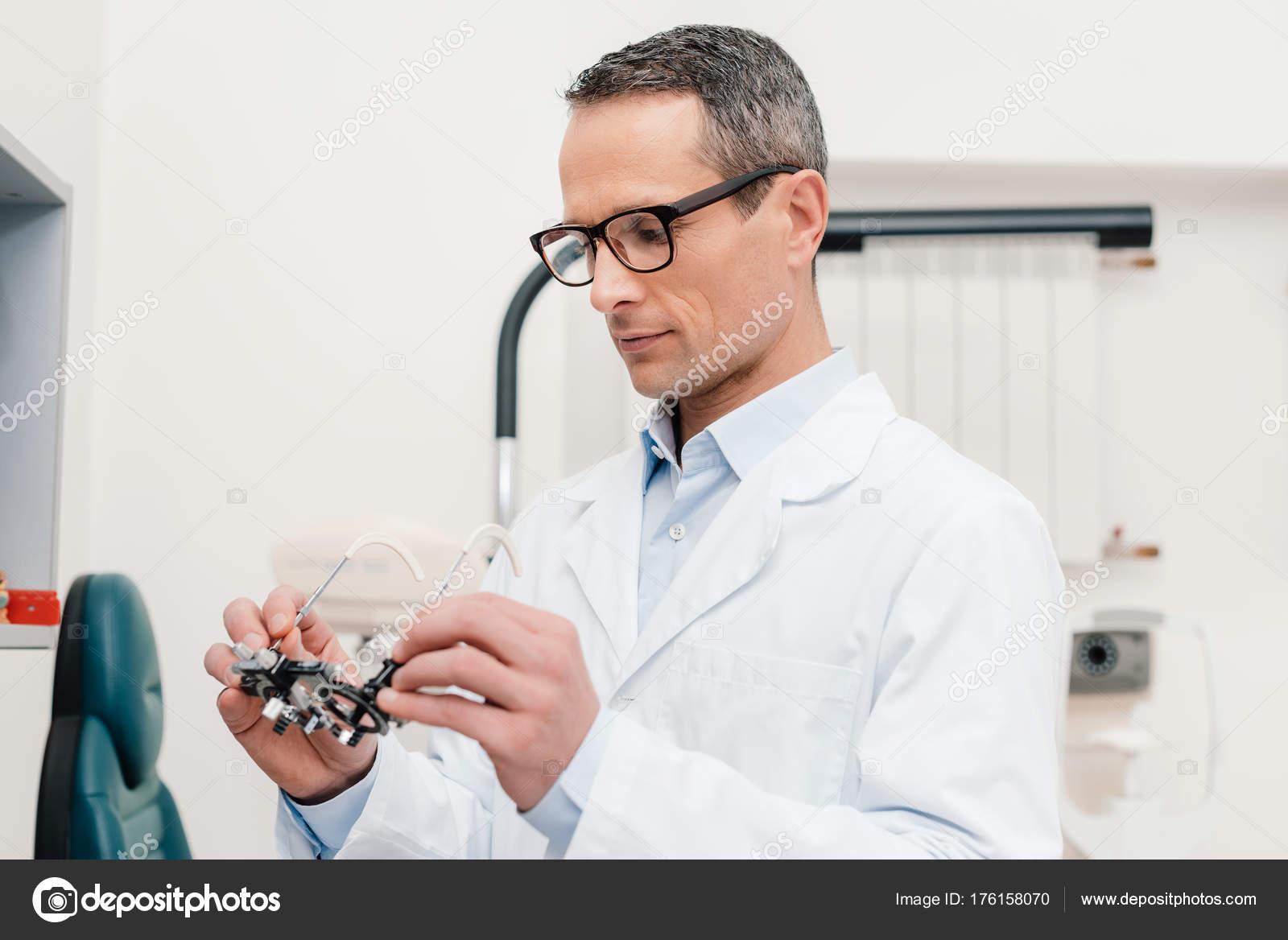 Optometrista Bata Mirando Prueba Marco Manos Clínica — Fotos de ...