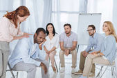 Photo psychotherapist supporting african american man during group therapy