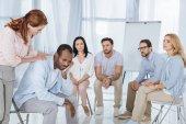 Fotografie psychoterapeut, podporující afroamerické muže během skupinové terapie