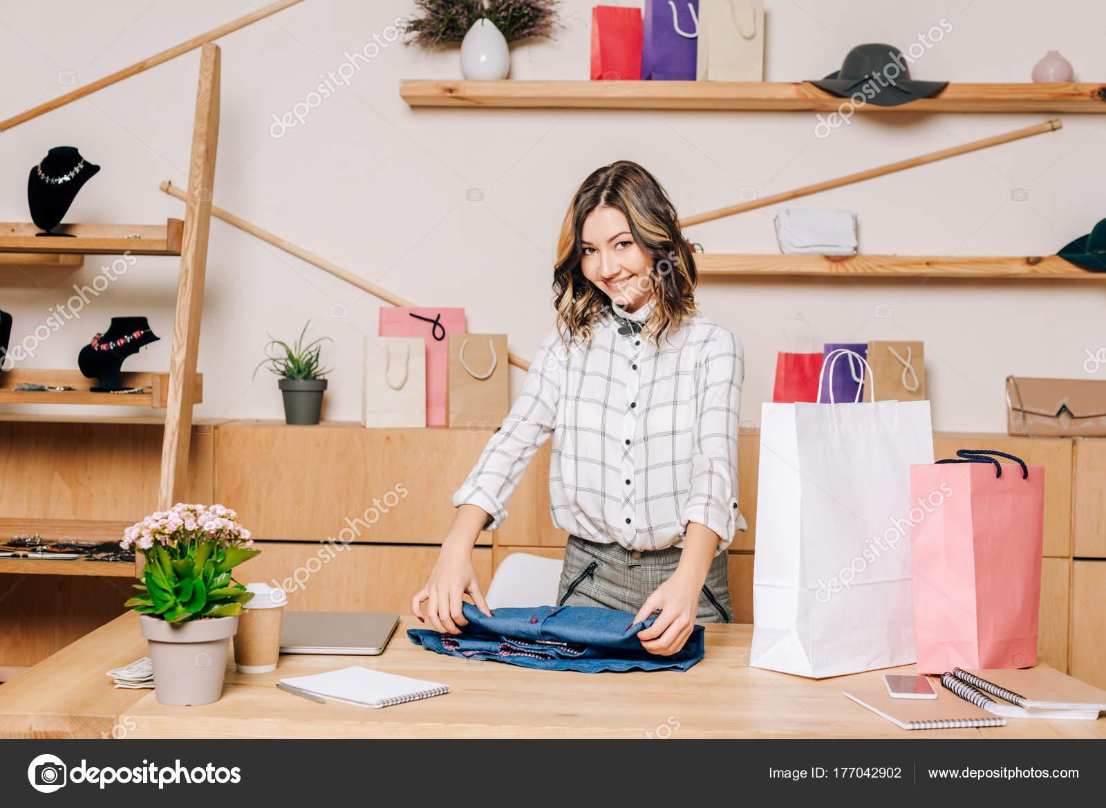 2b8d3348efe11 Clothing Store Manager Folding Shirt Pack Shopping Bag — Stock Photo ...