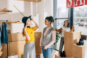 Fényképek csoport fiatal nők a vásárlás ruházati üzlet