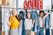 Skupina mnohonárodnostní mladých žen na nakupování v obchod s oblečením
