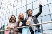 Fényképek csoport fiatal nők a kávé vásárlás, hogy menjünk ki a szabadba
