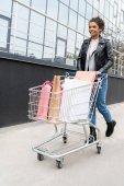 Fotografie krásná mladá žena s nákupní košík venku