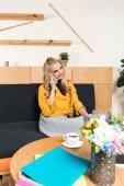 Fotografie schöne junge Frau sprechen telefonisch im café