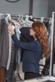 Fényképek lógó ruhát zsákokban irodában száraz tisztítás-manageress