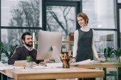 podnikatelé, práce s počítačem na pracovišti v moderní kanceláři