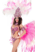 usmívající se žena pózuje v karnevalový kostým růžové peří, izolované na bílém