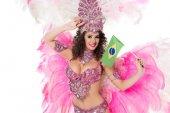 mosolygó nő farsangi jelmez gazdaság brazil fllag a kezét, kezével a homlokát, elszigetelt fehér