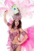 donna in costume di Carnevale holding brasiliana fllag in mano alzata sorridente, isolato su bianco