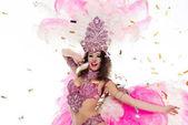 mladá žena v karnevalový kostým obklopené konfety, izolované na bílém
