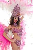 šťastná žena v karnevalový kostým s rukou na čelo, izolované na bílém