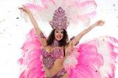 Šťastná žena v karnevalový kostým s paže natažené, izolované na bílém