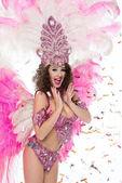 Usmívající se žena v karnevalový kostým při pohledu na fotoaparát, izolované na bílém