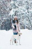mladá žena s labrador pes v zimě parku
