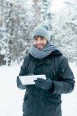 portré, fiatal, mosolygós ember, látszó-on fényképezőgép, winter Park tabletta