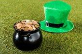zelená čepice a hrnec zlata na trávu pro st patricks den