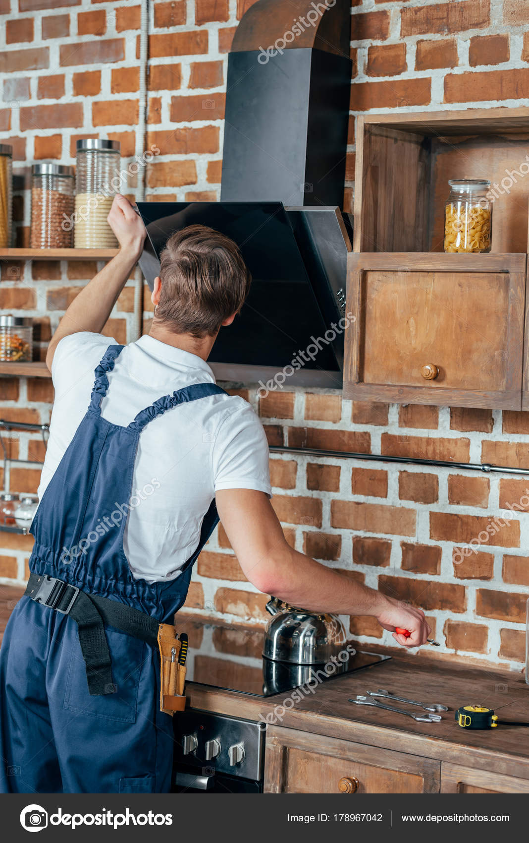 Rückansicht Des Jungen Handwerker Befestigung Dunstabzugshaube Küche ...
