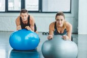 Photo young man and woman exercising on fitness balls in gym