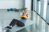 Fotografie konzentrierte sich die Sportlerin, die Übungen mit Ball im Fitness-Studio