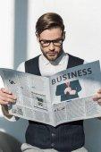 portrét elegantní mladý podnikatel v brýlích čtenářský deník