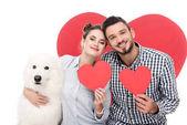 šťastný pár s samojed psa a papírové srdce izolované na bílém, valentines day koncept