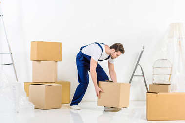 relocation service worker taking box