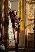 Fényképek szexi lány pózol az elektromos fúró építési