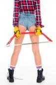 Fotografie zadní pohled na sexy dívka v rukavicích drží luk saw, izolované na bílém
