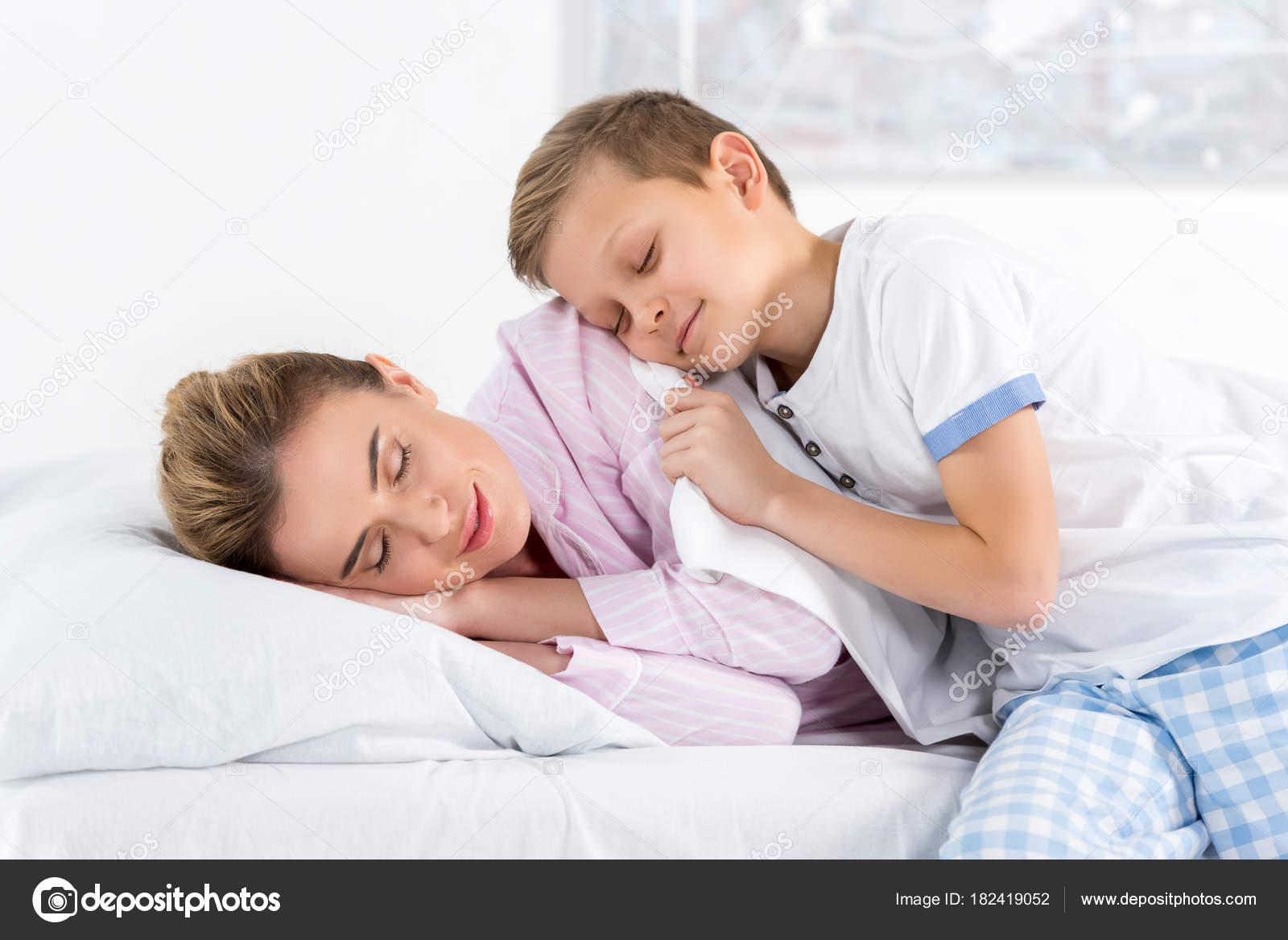 Сыни спящая мама