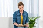 Fotografie zaměřil dospělé ženy čtení knihy doma