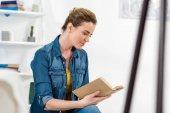 Fotografie Koncentrovaná dospělé ženy čtení knihy doma