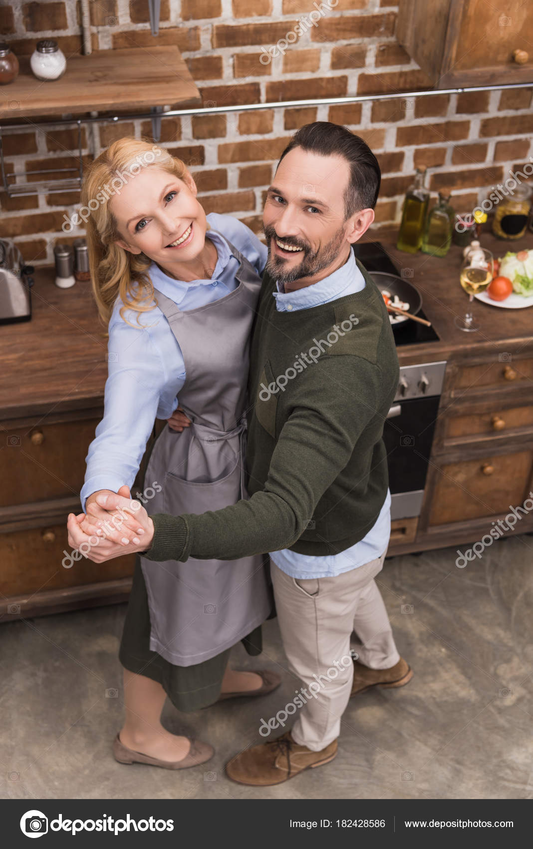 Draufsicht Der Glückliche Frau Und Mann Der Küche Tanzen — Stockfoto ...