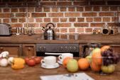 Elektrický sporák a varná konvice v moderní kuchyni