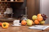 Fényképek csésze kávé és a zöldség-és gyümölcs a konyhában fából készült asztal