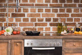 pánev a dřevěné špachtle na sporáku v kuchyni