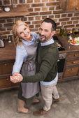 Fotografie Draufsicht der glückliche Frau und Mann in der Küche tanzen