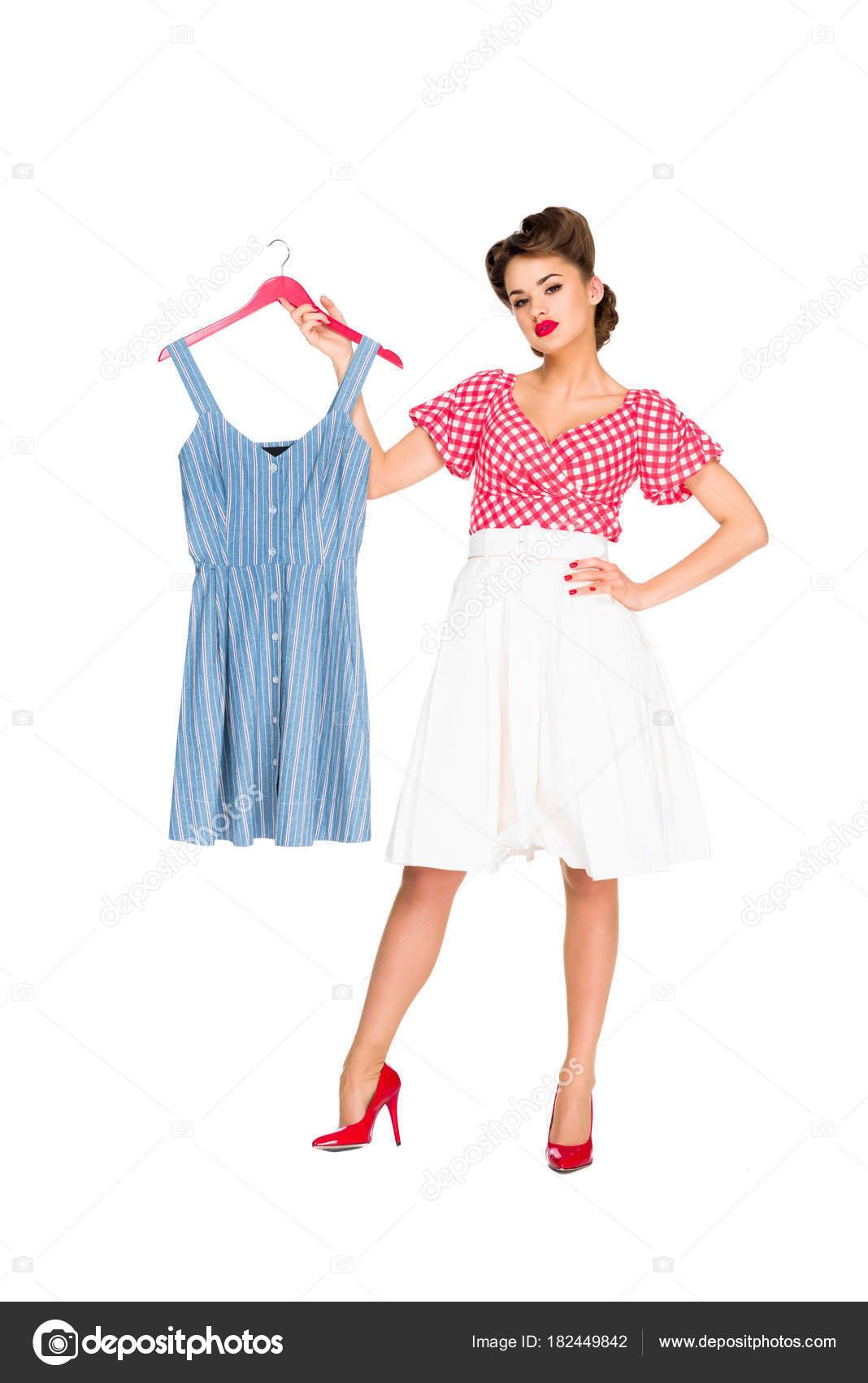 Elegantní Žena Retro Oblečení Drží Šaty Závěs Izolované Bílém ... e20e89ff9d