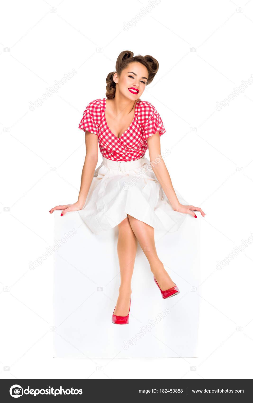 Retro Kleding.Aantrekkelijke Lachende Vrouw Retro Kleding Zittend Kubus Geisoleerd
