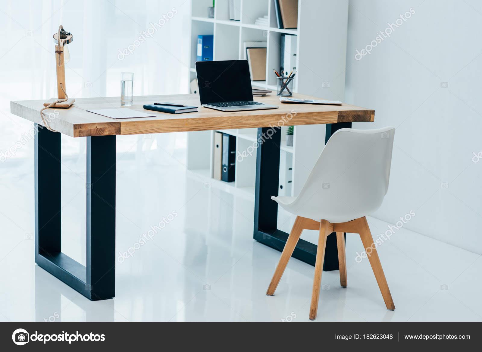 Simple interiore dell ufficio moderno bianco con for Arredamento stock
