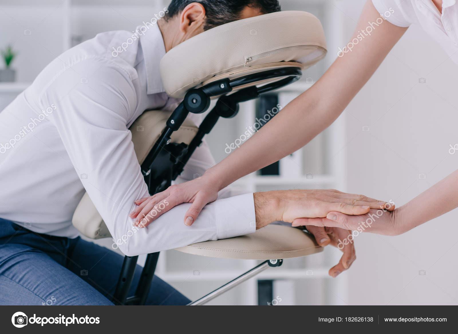 Masseuse massage des bras pour homme affaires bureau faire