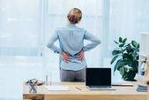 vista posteriore della donna di affari con backplain in ufficio