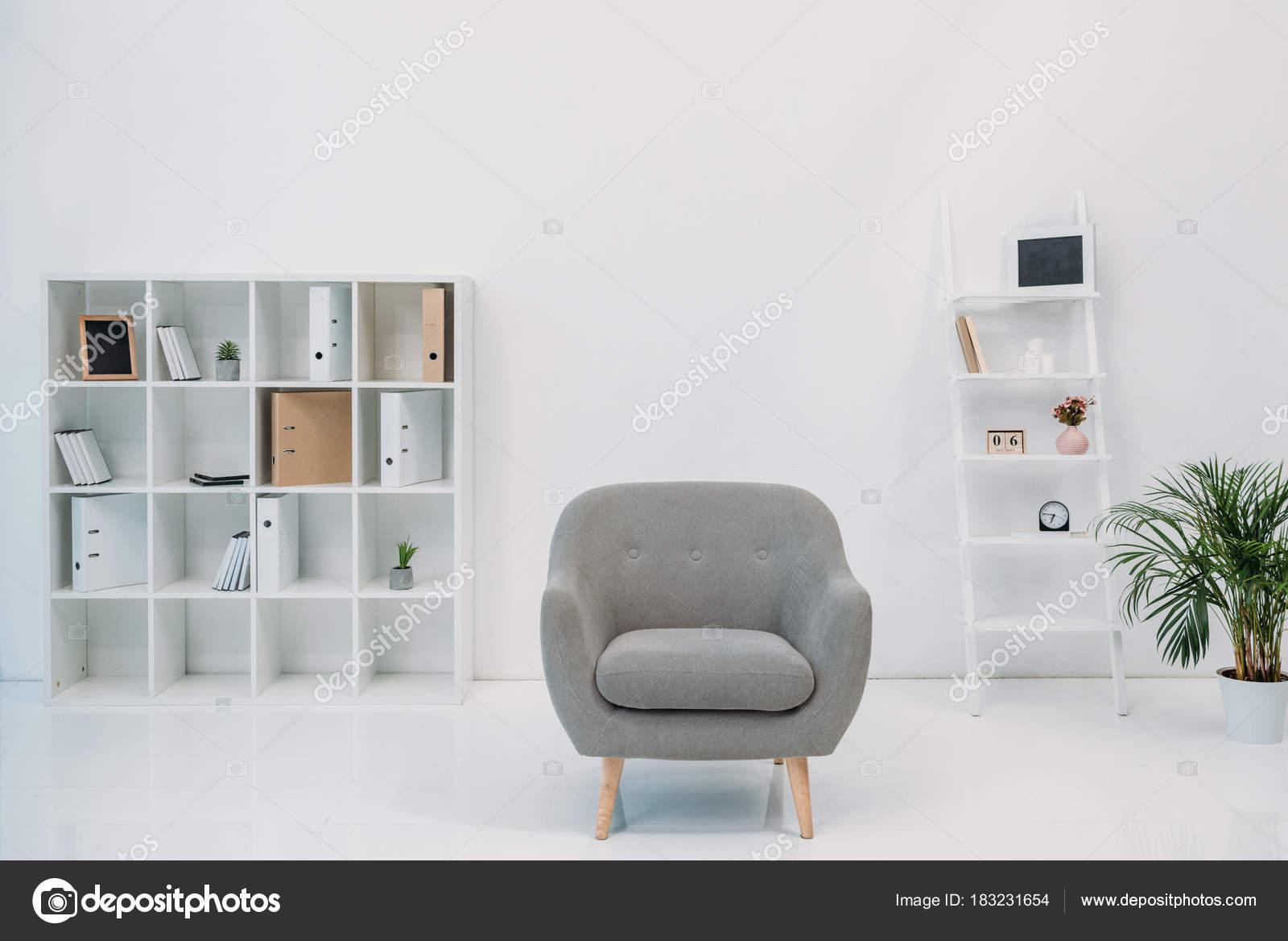 Intérieur bureau moderne avec fauteuil gris des dossiers sur les
