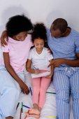 Fényképek magas, szög, kilátás az afro-amerikai szülők segít lánya, festés, album