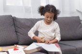 Fotografia carta di taglio del ragazzino afroamericano per biglietto di auguri il giorno di madri