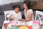 carta di taglio di figlia per biglietto di auguri il giorno di madri e madre afro-americana