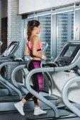 trénink na běžeckém pásu v posilovně sportovní žena